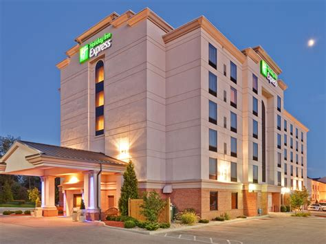 holiday inn express suites bloomington hotel