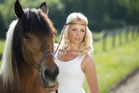 donna bionda con il cavallo immagine stock immagine ragazza bionda con il cavallo immagini stock immagine