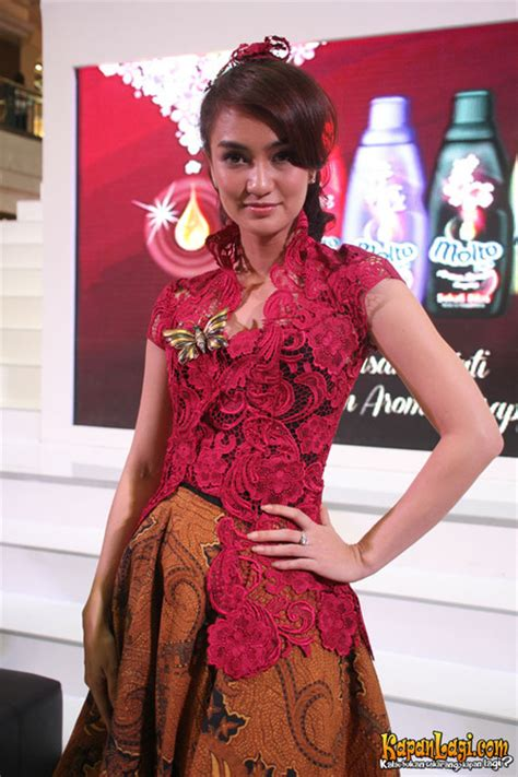 Selena Kebaya Batik Modern kapanlagi atiqah hasiholan kagumi kebaya dan batik