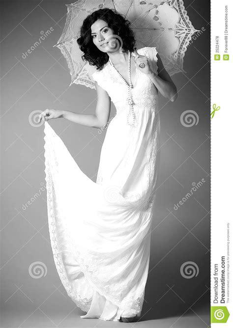 Brautkleider Junge Frauen by Frau Im Retro Brautkleid Mit Regenschirm Lizenzfreie