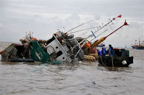 speed boat fishing boat accident fishing boat overturned off e china coast 1 chinadaily
