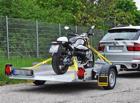 Motorrad Auf Pkw Anh Nger Transportieren by Humbaur 252 Bergibt Zusammen Mit Der Eder Gmbh 86 Hkt