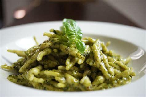 come fare il pesto alla genovese in casa pesto alla genovese la ricetta pesto al basilico da