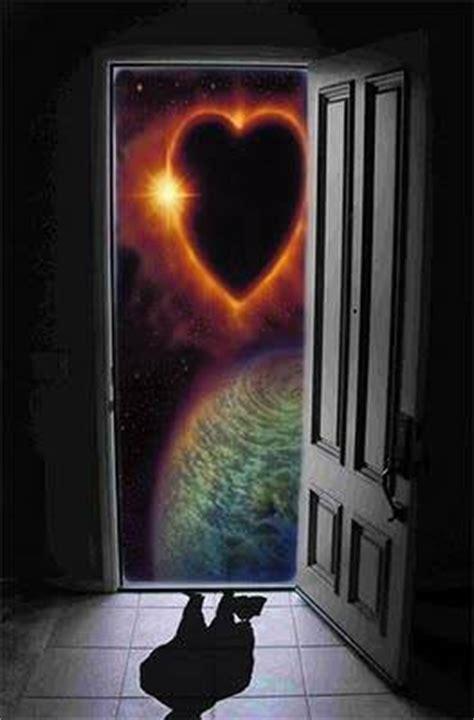 bussare alla porta la porta cuore su il colore dei doni