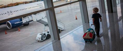 imagenes de niños viajando viajar con ni 241 os en avi 243 n 10 consejos para un viaje sin