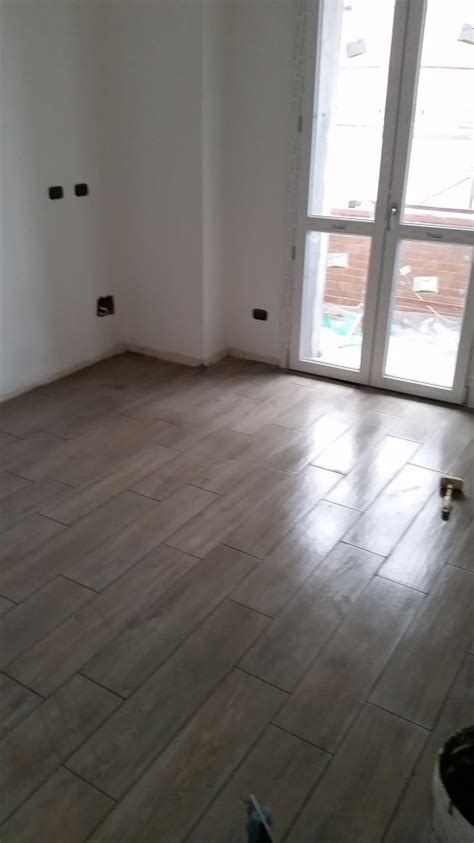 posa pavimenti in legno foto posa pavimenti in gres effetto legno di negesi srl
