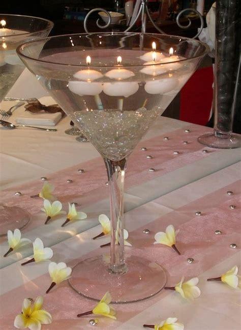 5 centros de mesa con copas de martini gigantes y velas
