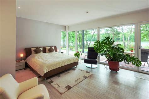 Incroyable Salon De Jardin Allemagne #2: Chambre-et-grande-baie-vitr%C3%A9e-Maison-en-ossature-bois-par-Weberhaus-Brandebourg-Allemagne.jpg