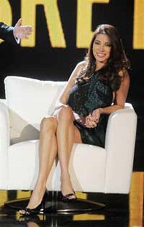 donne sedute con gambe accavallate dweb i piedi non mentono