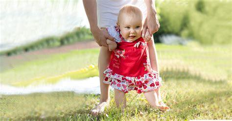 wann lernen baby laufen f 252 hrst du auch dein baby an den h 228 nden um das laufen zu 252 ben