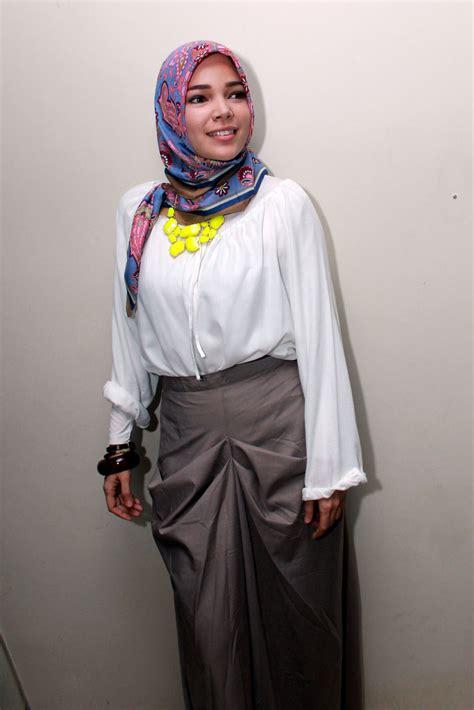 blogger muslimah indonesia 7 inspirasi model hijab ala artis indonesia debusana