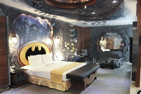 theme hotel ohio your batcave awaits batman themed hotel room is awesome