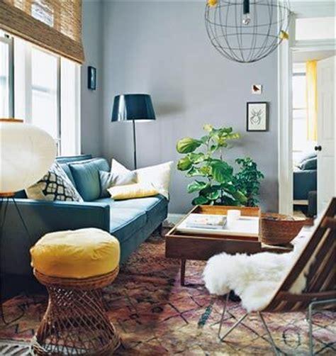 bright dash of wall color in an eclectic living room een bohemian interieur werelds kleurrijk en vintage