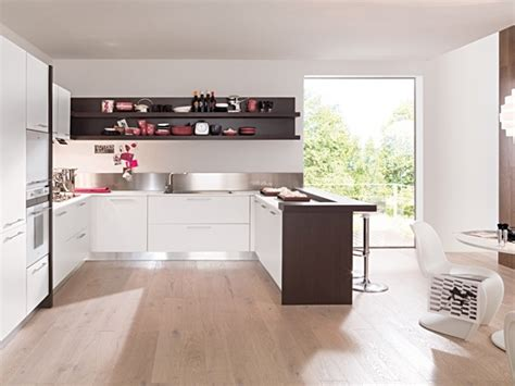 cucina piano cottura e forno cucina angolare moderna bianco opaco con penisola rovere