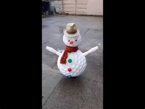 pupazzo di neve con i bicchieri pupazzo di neve con i bicchieri di plastica