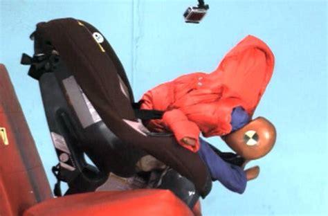 crash test seggiolini auto bimbi sui seggiolini in auto attenzione a come li vestite