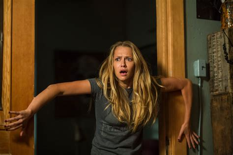 i like sexy women 3 2015 movie lights out stills 25 images from the july 22 horror thriller