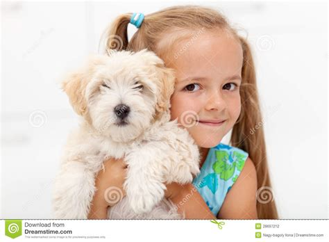 Abotonada De Su Mascota | abotonada de su mascota little girl with her fluffy dog
