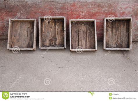 Holzkisten Wand by Alte Holzkisten An Einer Patinawand Stockfoto Bild 42289520