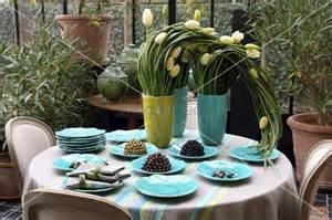 weisse tulpen in vasen und t 252 rkisfarbenes geschirr auf dem