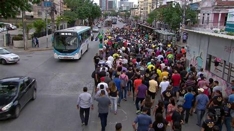 radio jornal esposas de pms e bombeiros protestam durante abertura parentes de pms e bombeiros fazem marcha no centro do