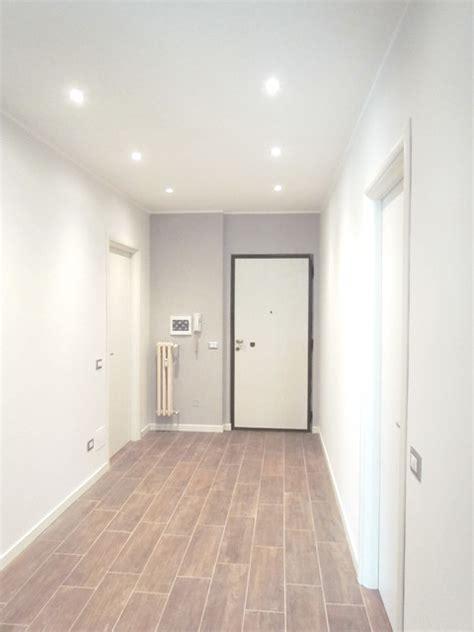 illuminazione corridoi ristrutturazione colori illuminazione porte moderno