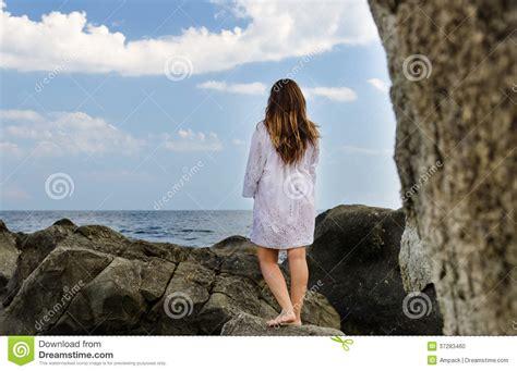 imagenes mujeres en soledad mujer descalza que disfruta de la soledad de la costa foto