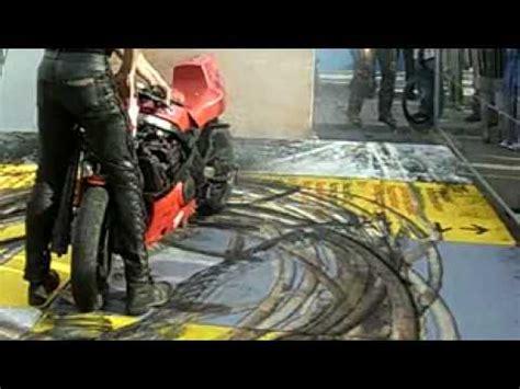 Motorrad Reifen Platzt by Motorrad Burnout Mit Feuer Bis Der Reifen Platzt