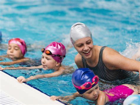 kinder schwimmen lernen wann so lernen kinder am besten schwimmen tipps und anregungen
