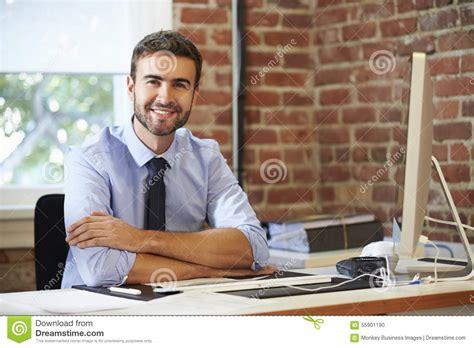 le bureau contemporain homme travaillant 224 l ordinateur dans le bureau