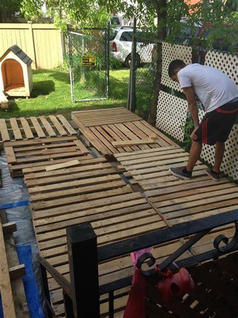 Diy Patio Floor by Diy Pallet Deck Tutorial 99 Pallets