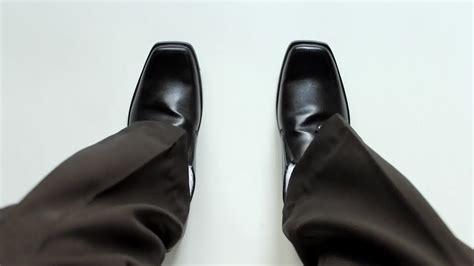 cara pakai sepatu kelim 4 cara untuk memakai sepatu baru dengan nyaman wikihow