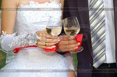 Hochzeitstorte Braut Und Bräutigam by Zwei Gl 228 Ser Chagner In H 228 Nden Braut Und Br 228 Utigam