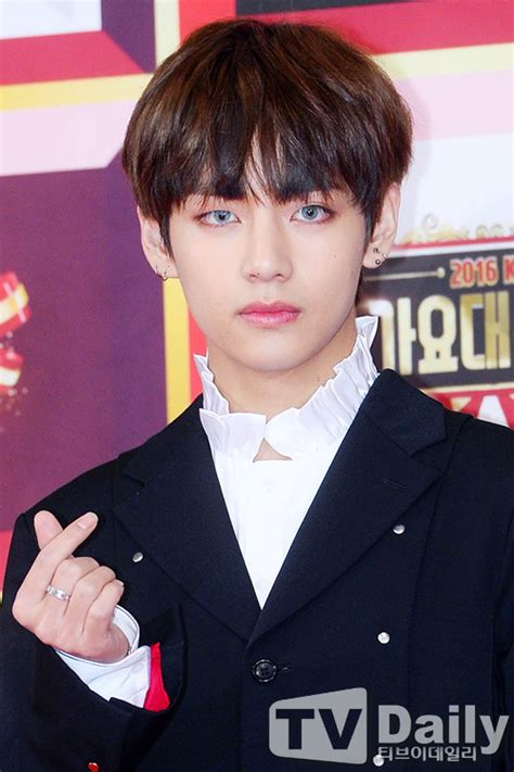 lol his face is like i hate you but i love you v