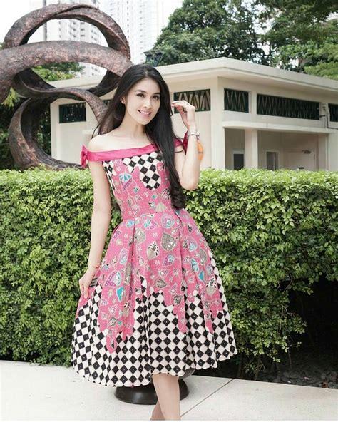 Kain Batik Mode Atasan Wanita Motif Elegan Dengan Banyak Pilihan Warna 25 koleksi model baju batik wanita modern elegan dan kece