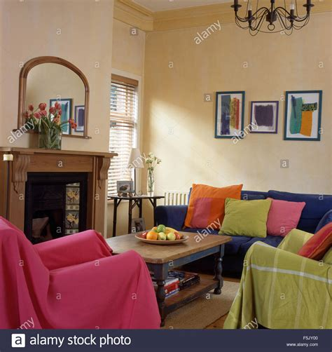 wohnzimmer 90er rosa und lindgr 252 n wirft auf st 252 hlen im wohnzimmer im stil