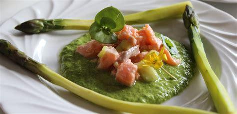 cuisiner asperges fraiches asperges sauce crue aux herbes et tartare de saumon