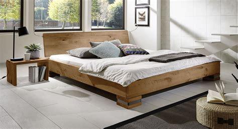 nachttisch bett einhängen rustikales futonbett aus massiver wildeiche sillaro