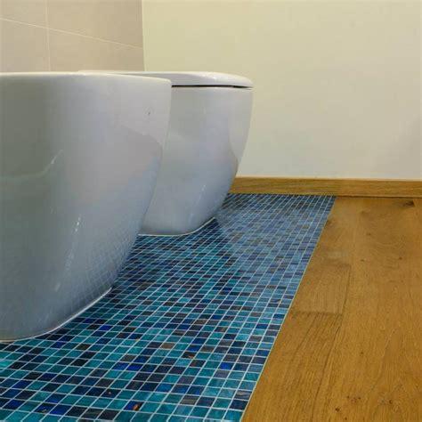 mosaico rosso bagno cheap bagno con mosaico azzurro a pavimento abbinato al
