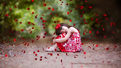 cute girl in love hd wallpaper love wallpapers wallpaper cute girl rose petals cute 6363