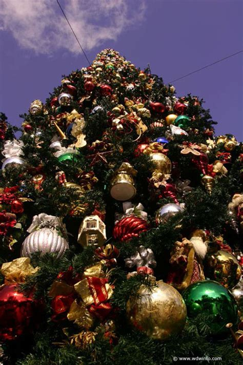 christmas decorations photos christmas decorations at the disneyland resort img 8609