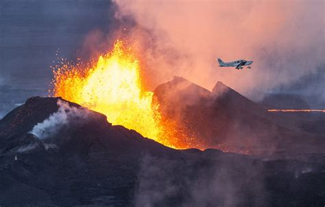 Volcano L by Photographer Captures Extraordinary Images Of Iceland S Bardarbunga Volcano Erupting As Airplane