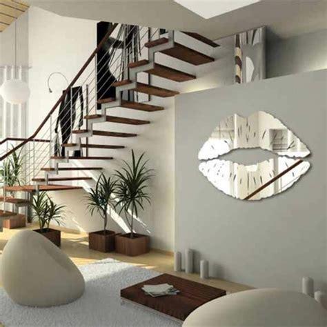 Ordinaire Stickers Miroir Salle De Bain #3: d%C3%A9coration-avec-miroir-en-forme-de-levres-plantes-vertes-dans-le-salon-moderne-escalier-d-int%C3%A9rieur.jpg