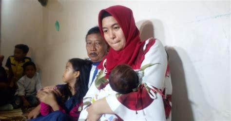 Cara Gendong Bayi 0 Bulan usia 62 tahun doyok sudah lupa cara gendong bayi