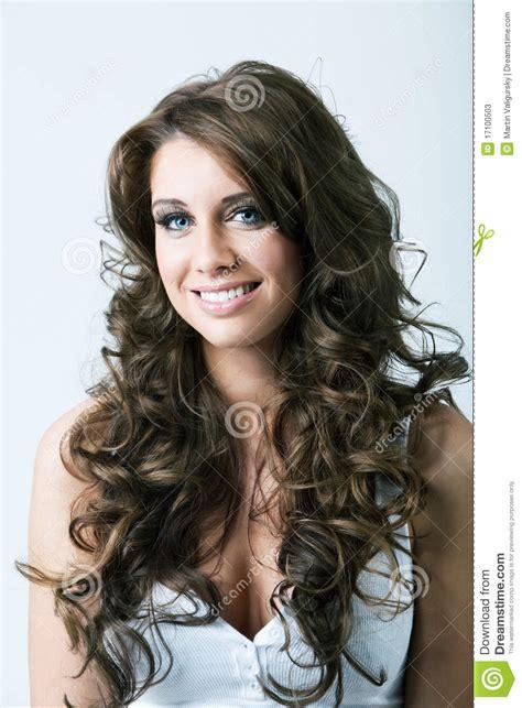 retrato da mulher com olhos azuis e cabelo longo fotos de