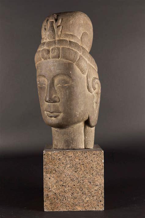 testa in testa di buddha in pietra con base in granito sud est