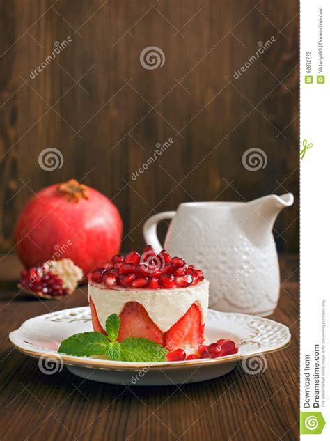 granatapfel kuchen kuchen mit granatapfel und erdbeere stockfoto bild 62872773