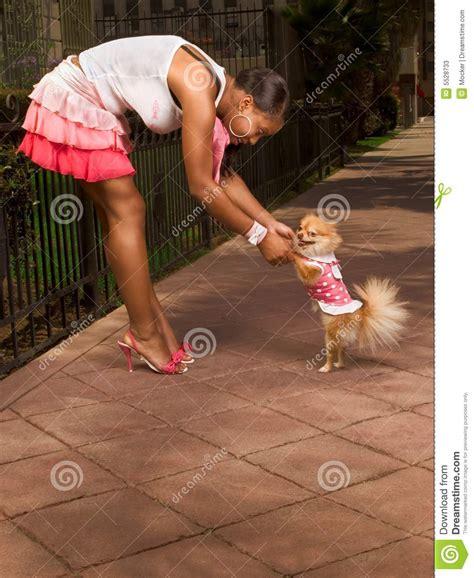 abotonada por su perro news of the worlds mujer con perro mujer con perro pomeranian color nico