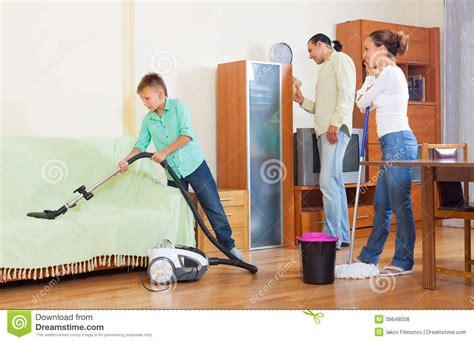 trabajar limpiando casas padres con el hijo que hace la limpieza de la casa en