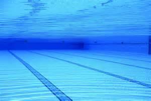 im schwimmbad kinder im schwimmbad bel 228 stigt